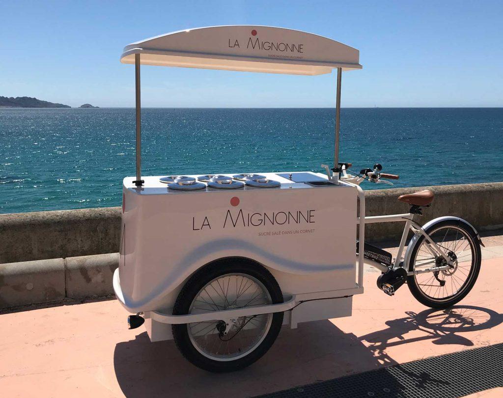 Le logo créé à Marseille pour le glacier La Mignonne et présent sur plusieurs parties du triporteur